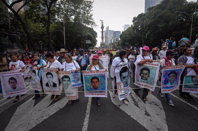 Archivo - Manifestación en recuerdo de los 43 'normalistas' de Ayotzinapa desaparecidos durante una protesta en 2014