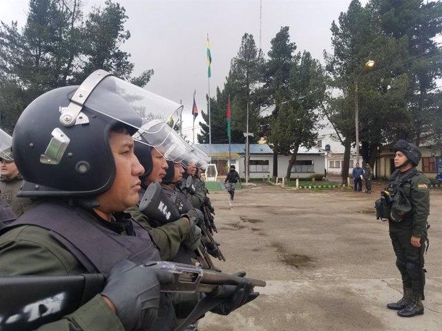 Archivo - Policías antidisturbios en Bolivia