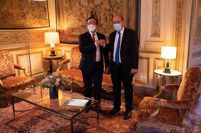 El ministro de Asuntos Exteriores, UE y Cooperación, José Manuel Albares, y su homólogo francés, Jean-Yves Le Drian, en París