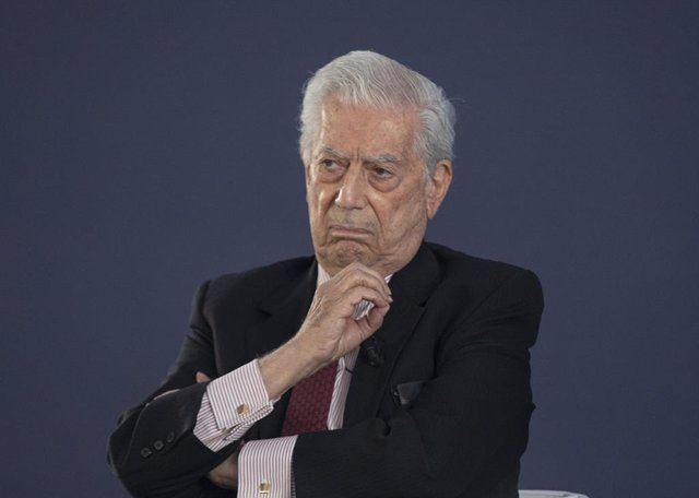 Mario Vargas Llosa (c) durante su intervención en un debate sobre 'Libertad frente al populismo' junto a Leopoldo López, opositor al régimen chavista y premio Sájarov, y el presidente de la Junta de Andalucía, Juanma Moreno, en el en el marco de la Conven