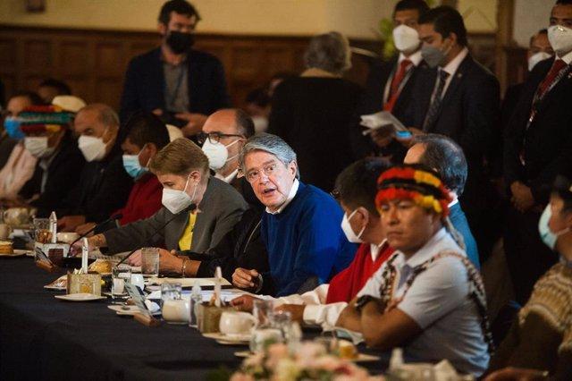El presidente de Ecuador, Guillermo Lasso, se reúne con dirigentes de la CONAIE