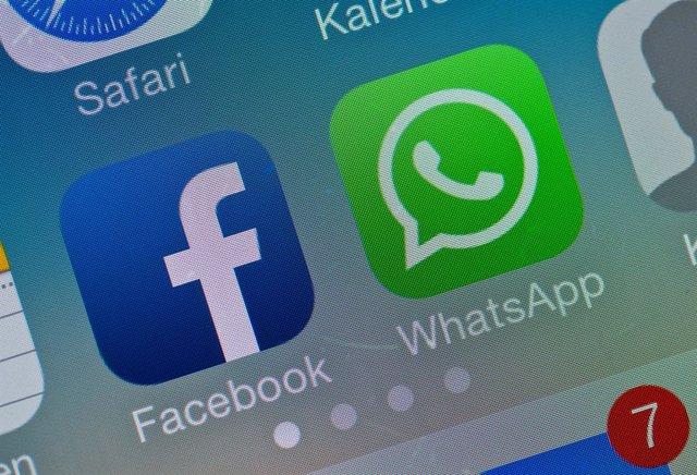 Archivo - Arxiu - FILED - 19 February 2014, Brandenburg, Sieversdorf-Hohenofen: The logos of Facebook and WhatsApp apps