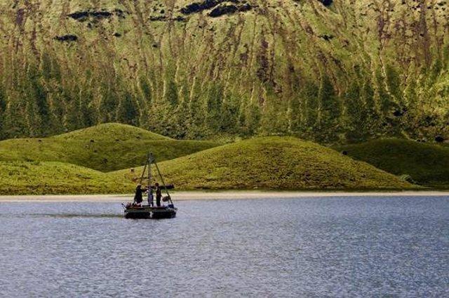 Archivo - Toma de muestras de sedimentos en un lago de las islas Azores