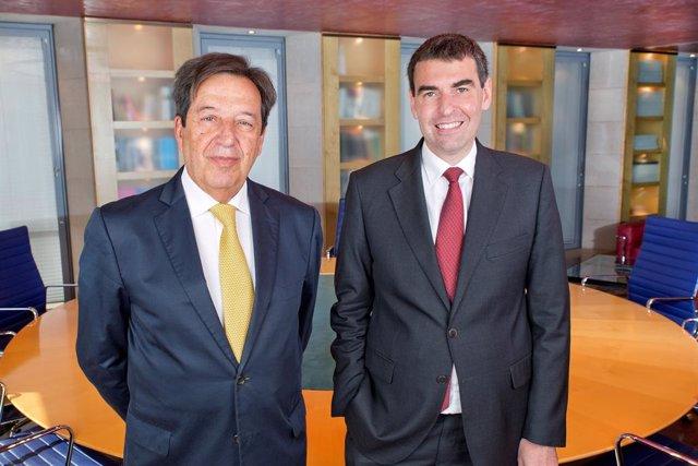 Archivo - El director general de Arquia Banca, Javier Ventura, y el presidente de la entidad, Javier Navarro