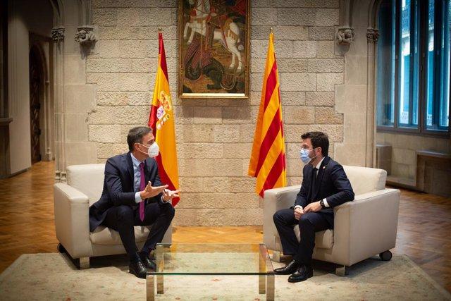 El president del Govern central, Pedro Sánchez (e), i el de la Generalitat, Pere Aragonès (d), al Palau de la Generalitat