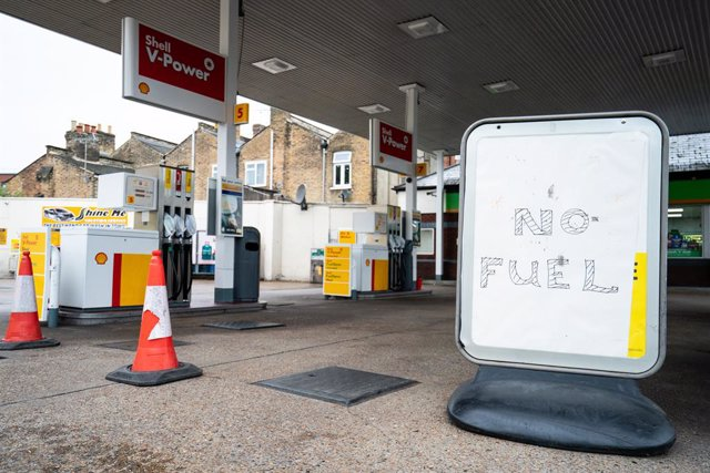 """04 October 2021, United Kingdom, London: A sign reading """"No fuel"""" is seen on the forecourt of a petrol station. Soldiers have been deployed in the UK since Monday to stem the ongoing fuel shortage at British petrol stations. Photo: Dominic Lipinski/PA Wir"""