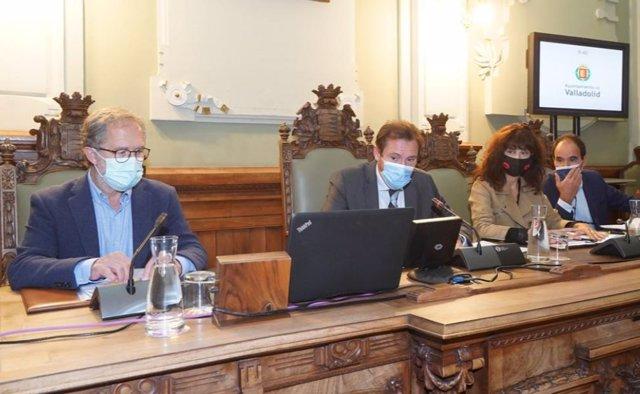 Mesa de presidencia del Pleno municipal del Ayuntamiento de Valladolid.