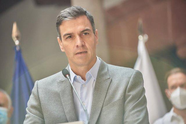 El presidente del Gobierno, Pedro Sánchez, durante una rueda de prensa tras la reunión del Comité Director del Plan de Prevención de Riesgo Volcánico en Canarias (Pevolca), en la sede del Cabildo Insular de La Palma, a 3 de octubre de 2021, en La Palma, I