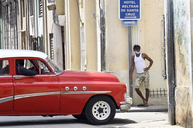 Un hombre con mascarilla en una calle de La Habana