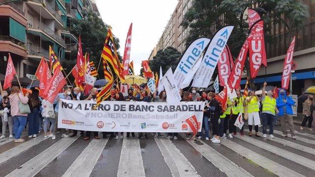 Concentración de trabajadores de Banco Sabadell en Sabadell para protestar por el ERE.