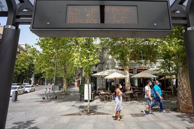 Archivo - Un termómetro de una parada de bus indica la temperatura en el día de hoy, la máxima de 38ºC y la mínima de 24ºC, a 11 de agosto de 2021, en Madrid (España).