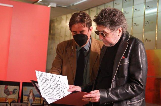 El director del Instituto Cervantes, Luis García Montero (i), y el cantante Joaquín Sabina (d) leen un texto en un homenaje al artista en el Instituto Cervantes, a 5 de octubre de 2021, en Madrid, (España). El Instituto Cervantes rinde este martes homenaj