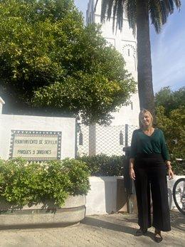 Cristina Peláez junto al pabellón