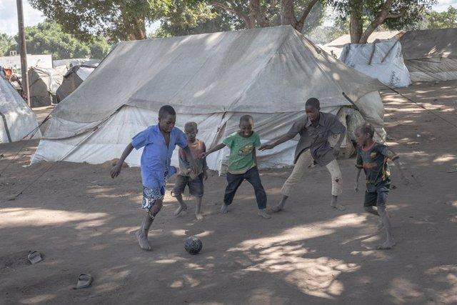 Un grupo de niños juega al fútbol en un campo de refugiados en Mueda, en la provincia mozambiqueña de Cabo Delgado.