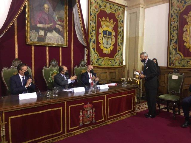 El presidentente de Europa Press, Asís Martín de Cabiedes, recoge el Premio Asicom 2021 en el Edificio Histórico de la Universidad de Oviedo