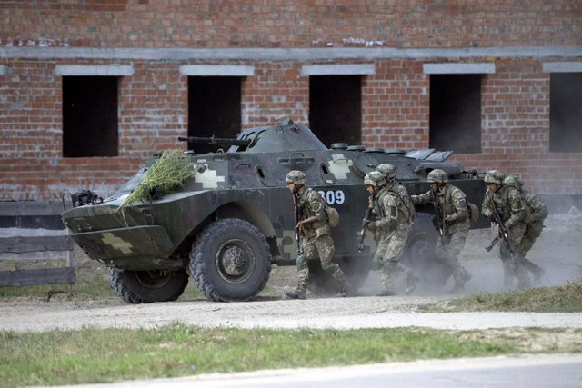 Archivo - 17 September 2020, Ukraine, Yavoriv: Soldiers walk behind an Armoured personnel carrier military vehicle during Rapid Trident 2020 military exercise at the International Peacekeeping and Security Center (IPSC) near Yavoriv, Lviv Region. Photo: -