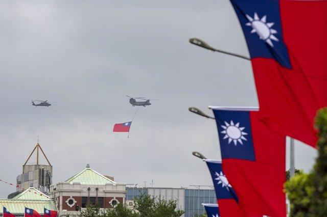 Archivo - Imagen de archivo de banderas de Taiwán.