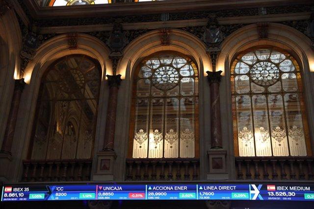 Valores del Ibex 35 en el Palacio de la Bolsa, a 29 de septiembre de 2021, en Madrid, (España). El Ibex 35 ampliaba sus ganancias al 1,04% en la media sesión de este miércoles, colocándose por encima de los 8.800 puntos, en una jornada en la que el precio