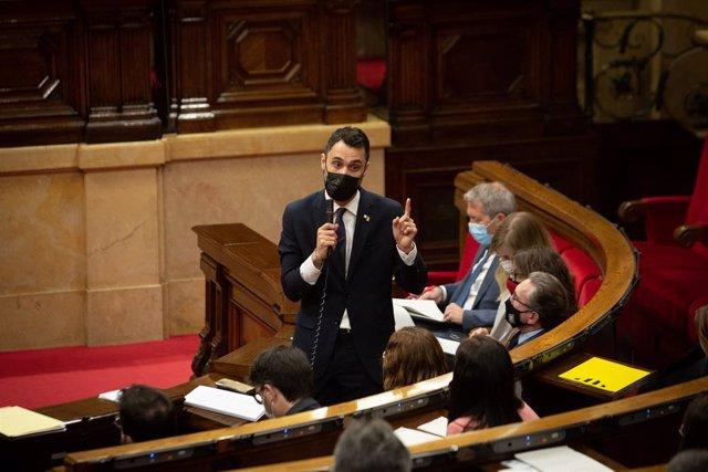 El conseller de Treball de la Generalitat, Roger Torrent, en la sessió de control al Parlament