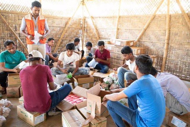 Archivo - Reparto de jabón en los campos de refugiados  rohingyas