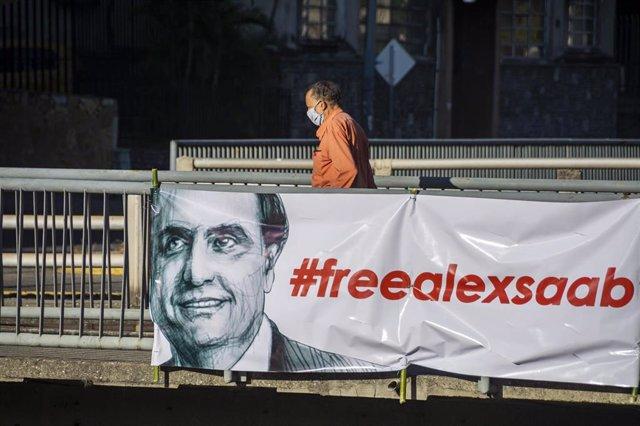 Archivo - Pancarta a favor de la liberación de Alex Saab en Caracas