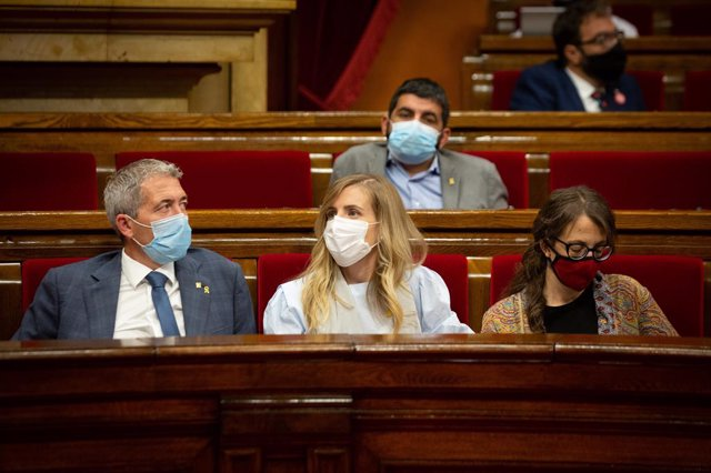 Al centre, la consellera d'Acció Exterior i Govern Obert de la Generalitat, Victòria Alsina, al Parlament