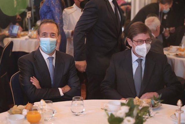 El consejero delegado de CaixaBank, Gonzalo Gortázar (i) y el presidente de Caixabank, José Ignacio Goirigolzarri (d), participan en el desayuno Forum Europa, organizado por Nueva Economía Forum, en el Hotel Mandarin Oriental Ritz, a 6 de octubre de 2021.