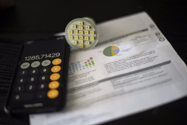 Una factura del consumo de luz, a 10 de septiembre de 2021, en Madrid (España). El precio medio diario de la electricidad en el mercado mayorista batirá un nuevo récord este viernes al alcanzar los 152,32 euros por megavatio hora (MWh), su mayor precio de