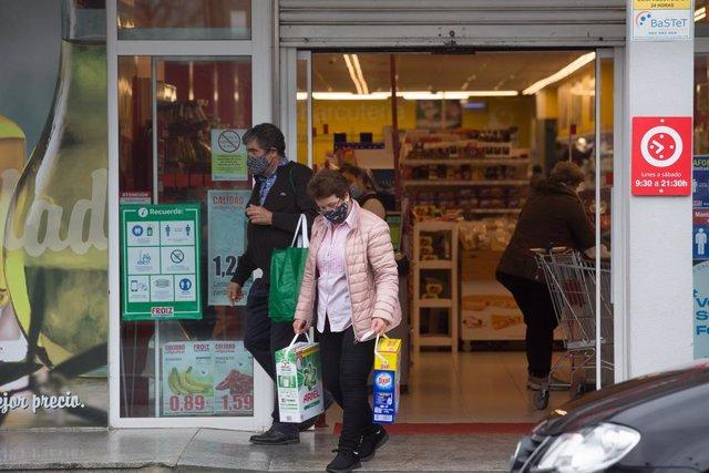 Archivo - Una mujer compra en un supermercado de Castro Riberas de Lea, perteneciente a la comarca de A Terra Cha, al no poder entrar en la ciudad de Lugo para comprar, en Outeiro de Rei, Galicia (España)) a 27 de enero de 2021. A las 00,00 de este miérco