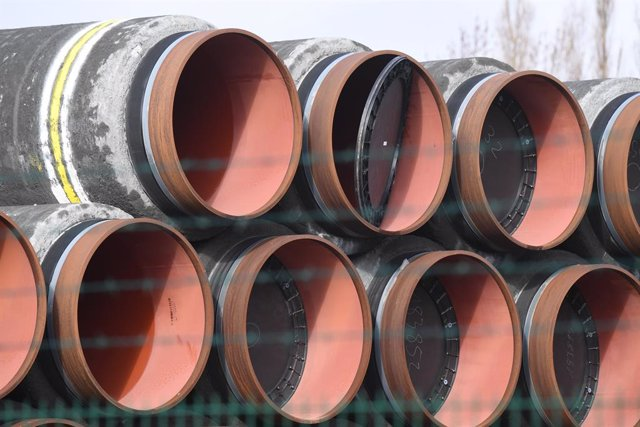 Archivo - FILED - 08 April 2021, Mecklenburg-Western Pomerania, Mukran: Pipes for the construction of the Nord Stream 2 natural gas pipeline from Russia to Germany are stored in the port of Mukran on the island of Ruegen. The controversial Nord Stream 2 n