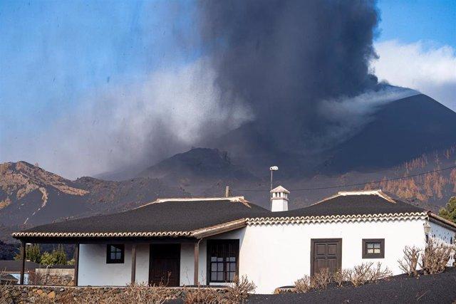 El volcán de Cumbre Vieja desde su lado sur, a 4 de octubre de 2021, en La Palma, Santa Cruz de Tenerife, Canarias (España). Este lunes el Comité Director del Pevolca ha acordado reforzar los trabajos de monitorización y vigilancia tras la aparición de la