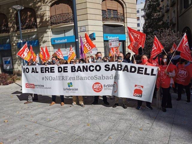 Concentración de trabajadores del Banco Sabadell durante la jornada de huelga del 6 de octubre de 2021 contra el ERE que plantea la entidad y que contempla la salida de 1.730 empleados