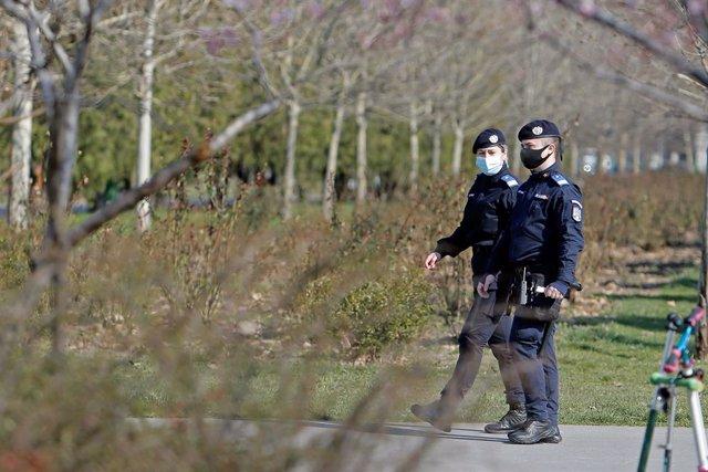 Archivo - Dos agentes de la Policía rumana.