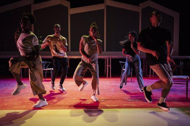 Imatge dels cinc intèrprets de l'obra 'Nosaltres' al TNC
