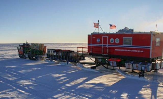 Se perforaron cuatro núcleos de hielo de la Antártida continental en la Antártida Oriental, incluidos dos como parte de la Travesía Científica Antártica del Año Polar Internacional Noruego-Americano.