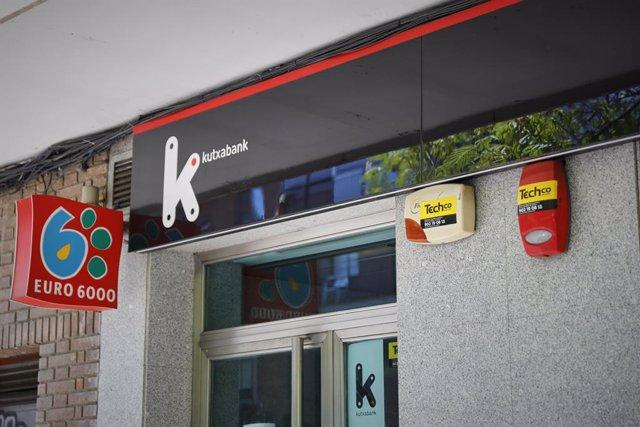 Archivo - Exterior de la sucursal del banco Kutxabank.