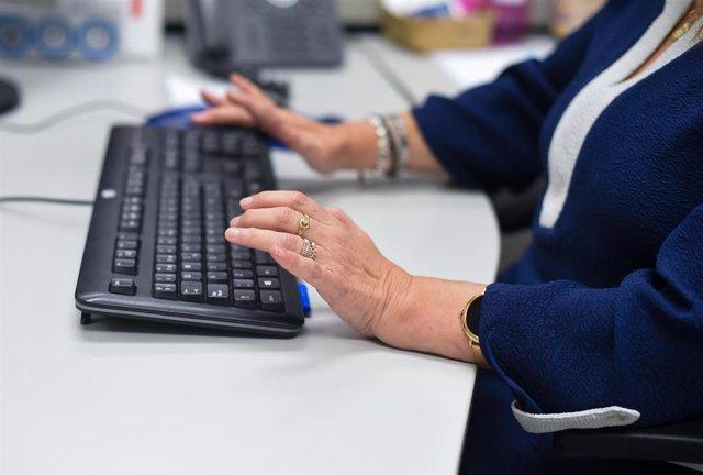 Una empleada pública atiende a una contribuyente en la oficina de la Agencia Estatal de la Administración Tributaria.