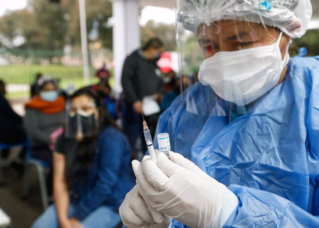Archivo - HANDOUT - 26 August 2021, Peru, Lima: A health system employee prepares a Covid-19 injection at a health centre as part of the vaccination campaign for people over 36 years of age. Photo: Karel Navarro/Minsa Perú/dpa - ATENCIÓN: Sólo para uso ed