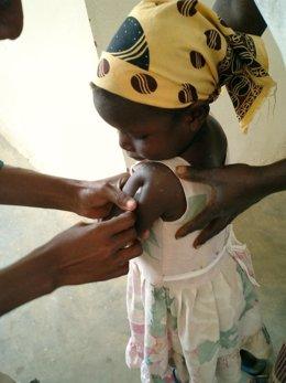 Archivo - Arxivo - Una nena en un centre de salut de Moçambic rep una injecció de la vacuna contra la malària
