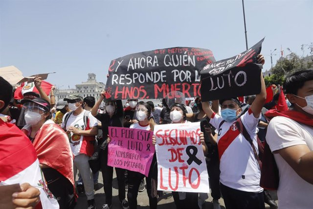 Archivo - Manifestación celebrada en Lima contra los abusos policiales que se cometierondurante las recientes protestas en contra de la proclamación de Manuel Merino como presidente de Perú llevada a cabo por el Congreso.