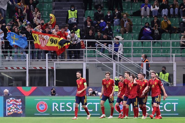 06 October 2021, Italy, Milan: Spain players celebrate scoring their side's first goal during the UEFA Nations League semi-final soccer match between Italy and Spain at San Siro Stadium. Photo: Fabrizio Carabelli/LPS via ZUMA Press Wire/dpa