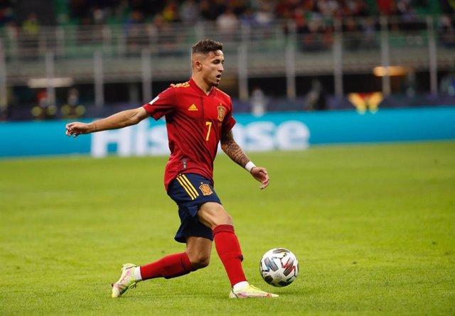 Yéremi Pino conduce la pelota en el Italia-España de la Liga de Naciones