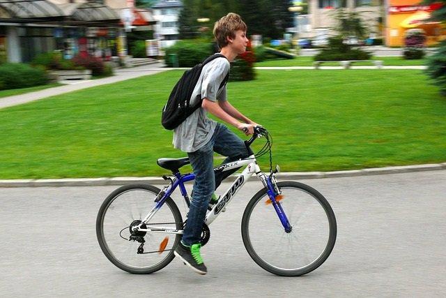 Archivo - Adolescente paseando en bicicleta.