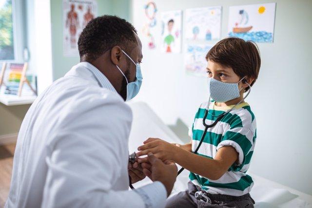 Archivo - Niño con coronavirus en el médico.