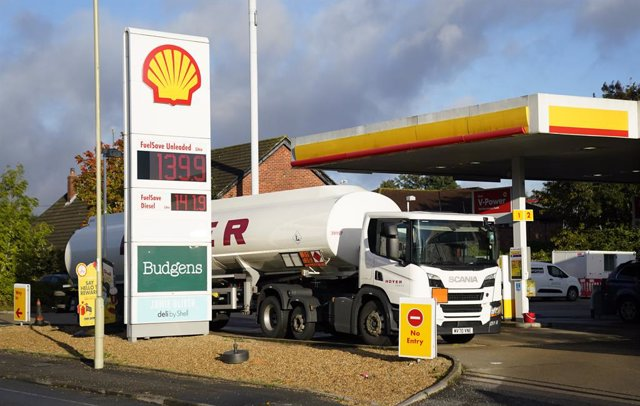 05 October 2021, United Kingdom, Basingstoke: A Hoyer tanker makes a delivery at a Shell petrol station. Photo: Andrew Matthews/PA Wire/dpa