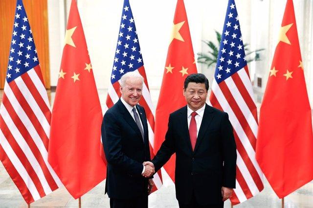 Arxiu - El president dels Estats Units, Joe Biden, saluda el president xinès, Xi Jinping, durant una visita a Pequín
