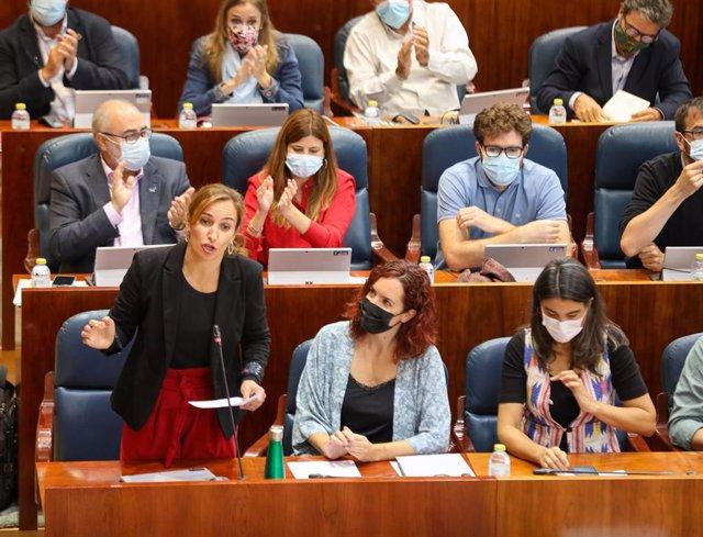 La portavoz de Más Madrid en la Asamblea, Mónica García (i), interviene en el Pleno de la Asamblea de Madrid, a 7 de octubre de 2021, en Madrid (España). El viaje de la presidenta de la Comunidad de Madrid a Estados Unidos y las enmiendas a la totalidad a