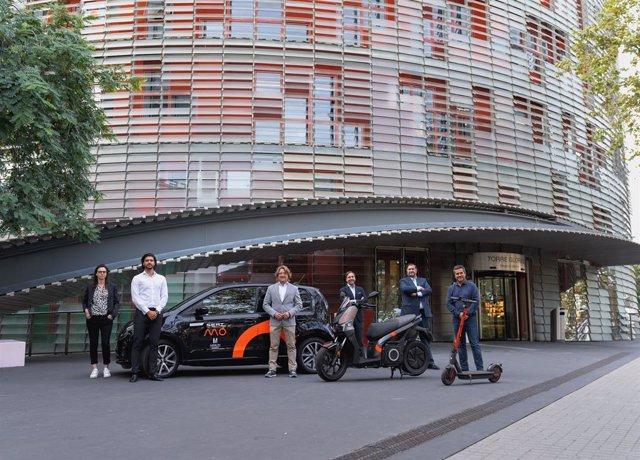 Els vehicles compartits de Seat Mó davant de la Torre Glòries de Barcelona