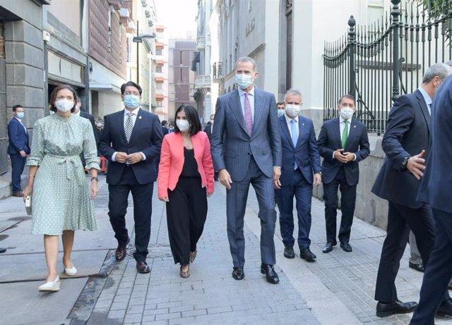 El Rey Felipe VI, a su llegada al Parlamento de Canarias con motivo de la entrega de la Medalla de Oro de la Real Academia Canaria de las Artes