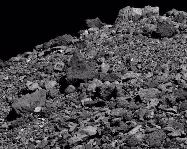 Esta imagen tomada en marzo de 2019 por la nave espacial OSIRIS-REx reveló una gran cantidad de rocas que cubrían la superficie del asteroide Bennu.